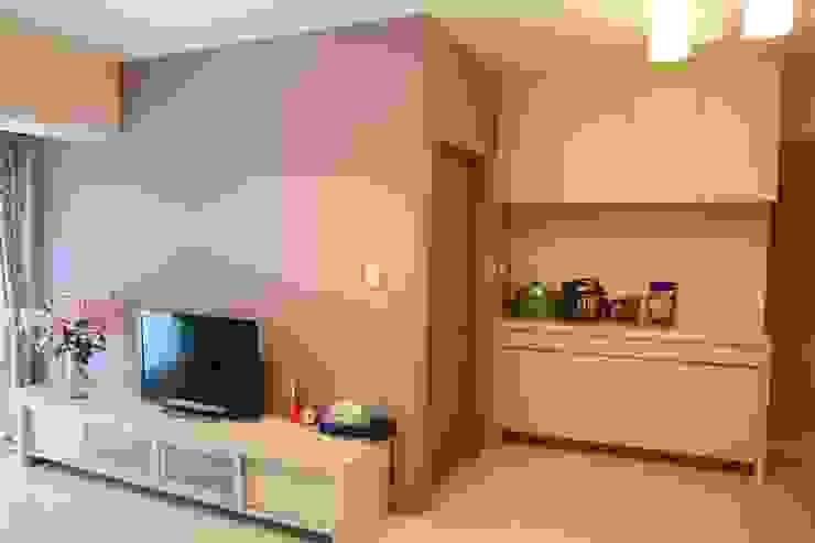 廚房外的牆面也設置大型收納櫃 Minimalist walls & floors by 勻境設計 Unispace Designs Minimalist