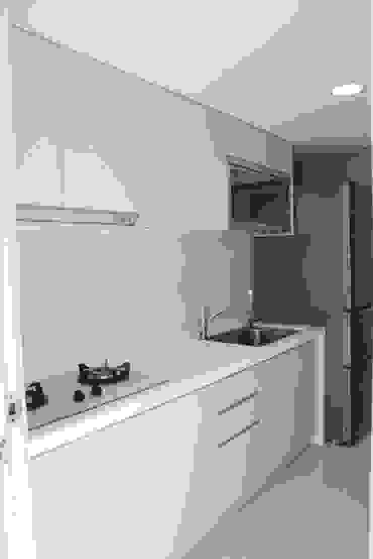 一字型的廚房必須善用收納空間 by 勻境設計 Unispace Designs Minimalist