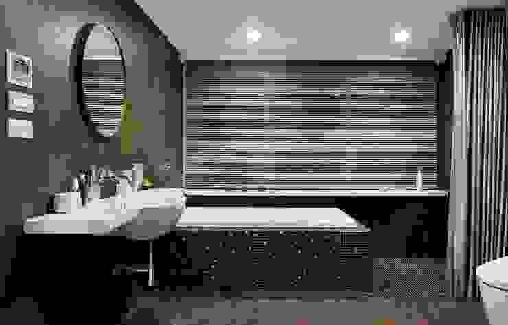 馬賽克磁磚完美搭配浴缸外部與淋浴空間: 現代  by 直方設計有限公司, 現代風