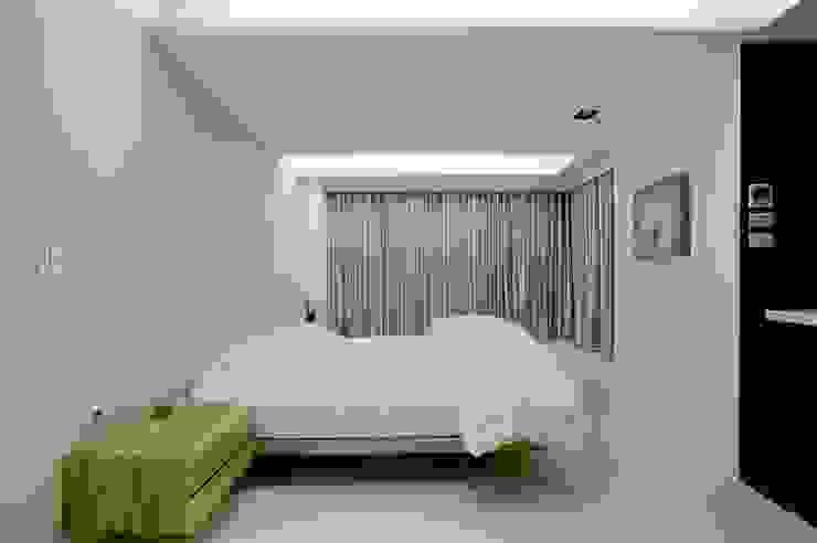 主臥利用簡單的木製家具點綴整體空間 根據 直方設計有限公司 現代風