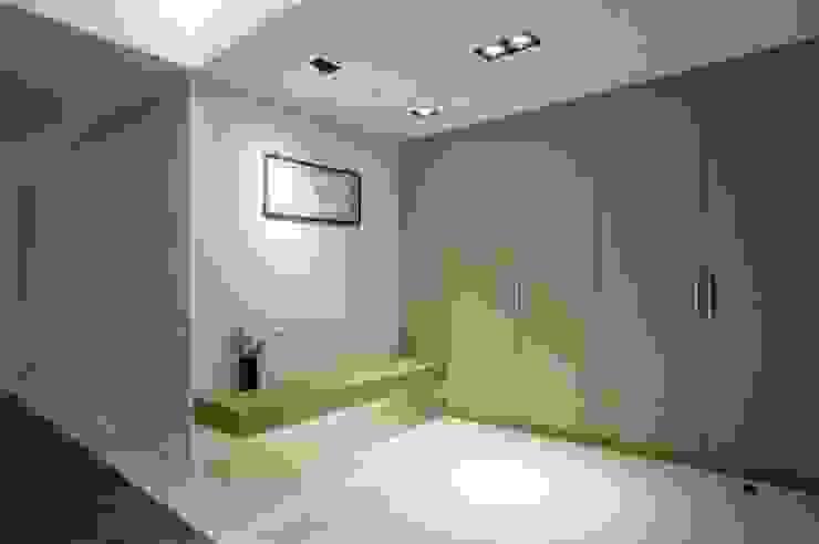 大片的收納櫃讓外出衣物與鞋子都能物歸其所 現代風玄關、走廊與階梯 根據 直方設計有限公司 現代風