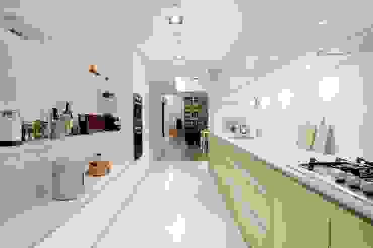 寬敞的廚房空間可以容納多人同時工作: 現代  by 直方設計有限公司, 現代風