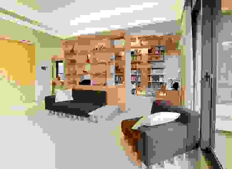 利用大片櫃體隔出客廳與書房 直方設計有限公司 Living roomShelves Wood effect