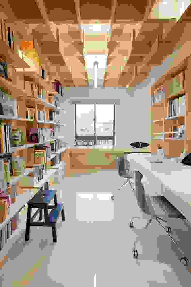 大量的書架讓收納不成問題 直方設計有限公司 Scandinavian style study/office Wood effect