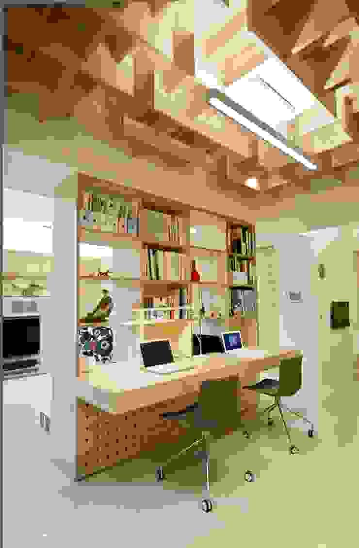 開放式書櫃讓客廳與書房不過於封閉 直方設計有限公司 Study/officeLighting Wood effect