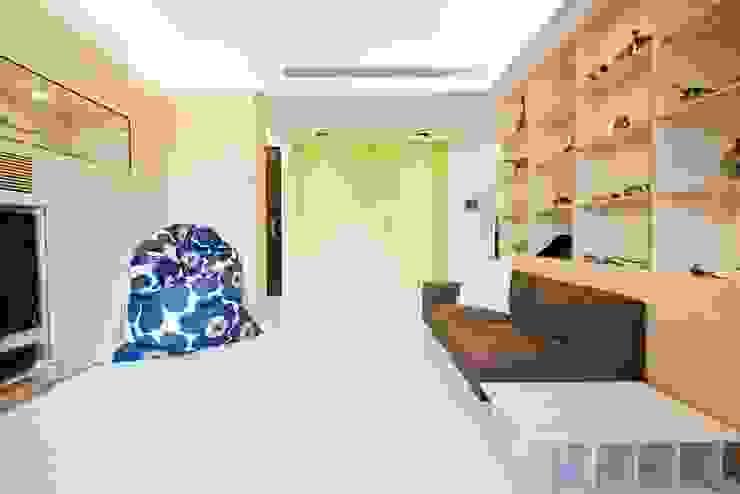 蘋果淡綠的洞洞牆櫃面讓空間更有清爽的感覺 直方設計有限公司 Scandinavian walls & floors Green