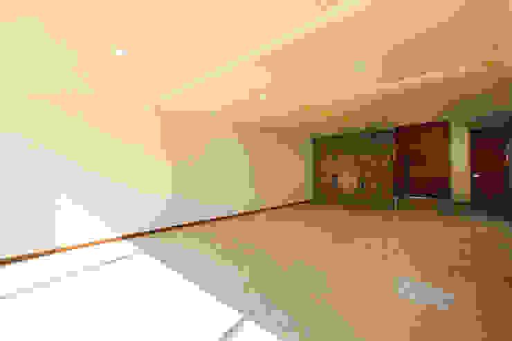 Residencia Mombeltran 72 Pasillos, vestíbulos y escaleras modernos de Herrera Arquitectos H&H Moderno