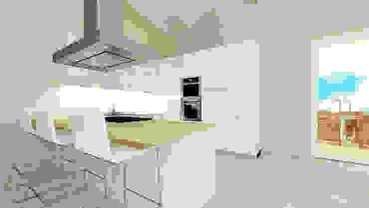Bianco e Luce per l'open space Cucina moderna di TOBEHOME INTERIORS Moderno Legno Effetto legno