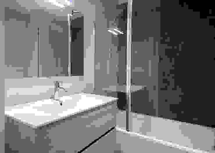 Reforma de baños Baños de estilo moderno de Grupo Inventia Moderno Azulejos