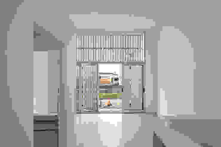 Diseño de 4 Viviendas con Patio en La Plata por por SMF Arquitectos: Livings de estilo  por SMF Arquitectos  /  Juan Martín Flores, Enrique Speroni, Gabriel Martinez,Moderno