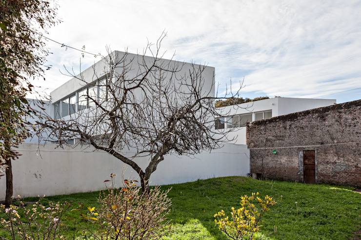 Detached home by SMF Arquitectos  /  Juan Martín Flores, Enrique Speroni, Gabriel Martinez,