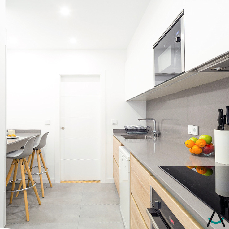 Small kitchens by Estudi Aura, decoradores y diseñadores de interiores en Barcelona