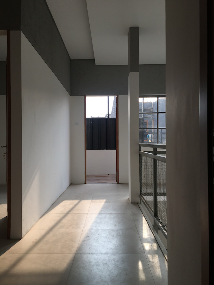 Minimalist corridor, hallway & stairs by indra firmansyah architects Minimalist