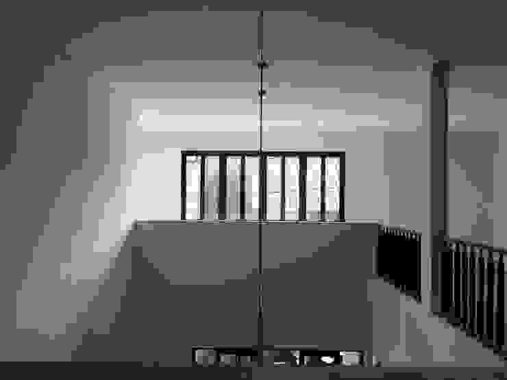 Minimalist corridor, hallway & stairs by indra firmansyah architects Minimalist