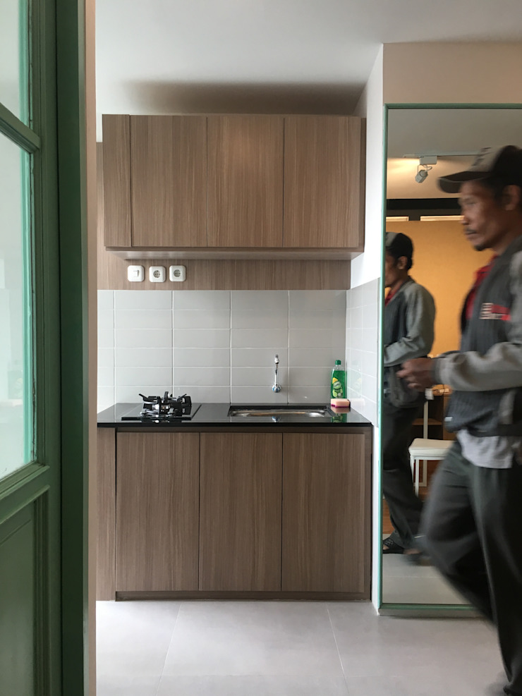 Minimalist kitchen by indra firmansyah architects Minimalist