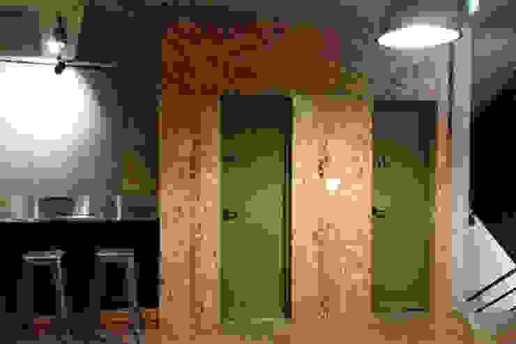 Bares y clubs de estilo industrial de 모노웍스 Industrial Tableros de virutas orientadas