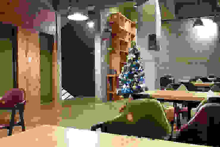 Bares y clubs de estilo industrial de 모노웍스 Industrial Madera Acabado en madera