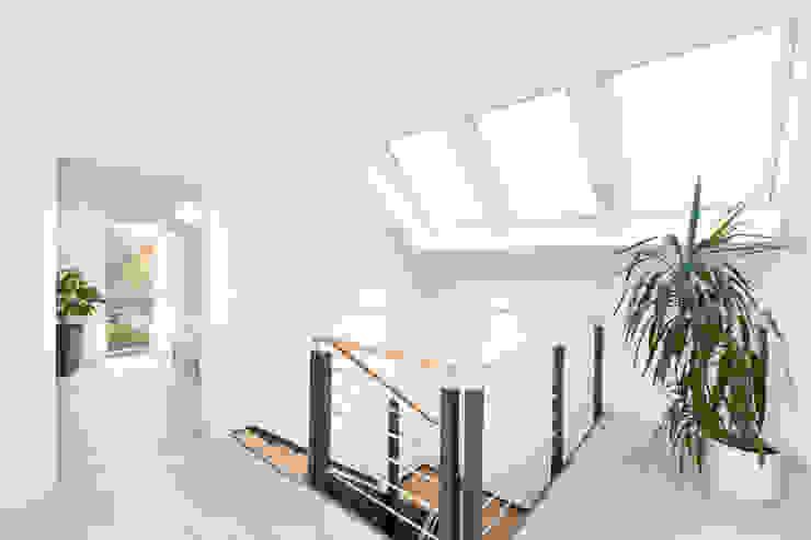 Flurbereich im Dachgeschoss TALBAU-Haus GmbH Klassischer Flur, Diele & Treppenhaus Weiß