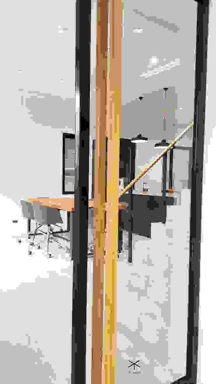 老舊辦公室變身極簡現代風: 極簡主義  by XY DESIGN - XY 設計, 簡約風