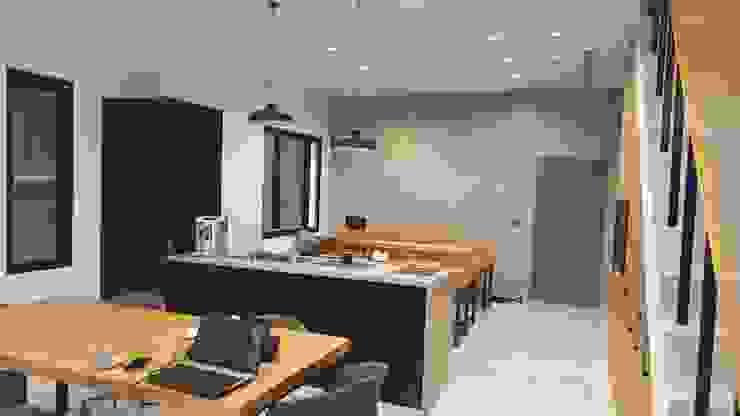 老舊辦公室變身極簡現代風 根據 XY DESIGN - XY 設計 簡約風