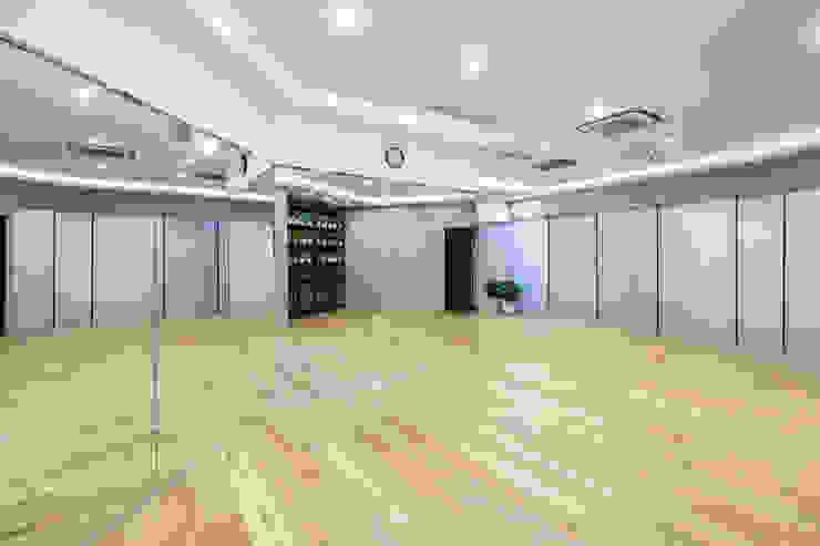 Minimalist style gym by On Designlab.ltd Minimalist