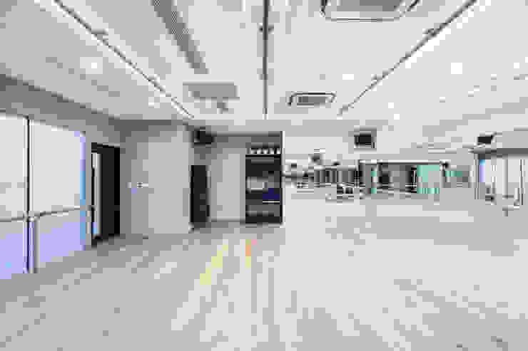 Тренажерный зал в стиле минимализм от On Designlab.ltd Минимализм
