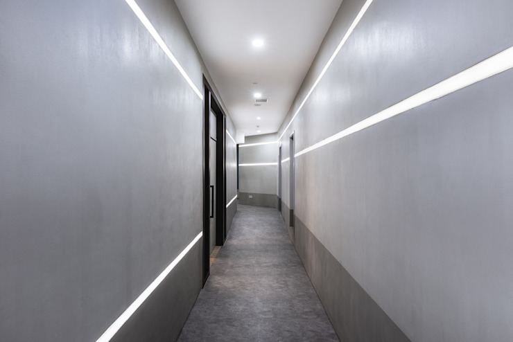 Minimalist corridor, hallway & stairs by On Designlab.ltd Minimalist