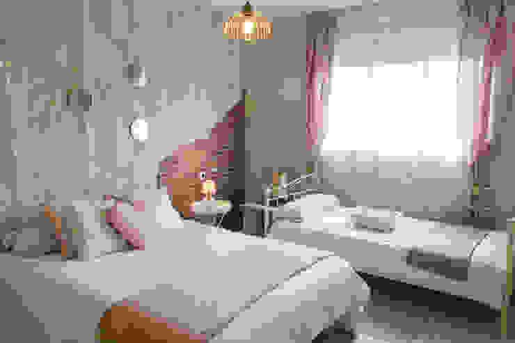 Dormitorio romántico. Rosa, madera y dorado. Housing & Colours Cuartos de estilo escandinavo Plata/Oro Rosa