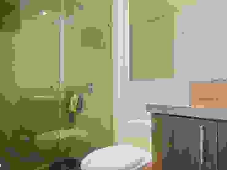 Phòng tắm phong cách kinh điển bởi AlejandroBroker Kinh điển