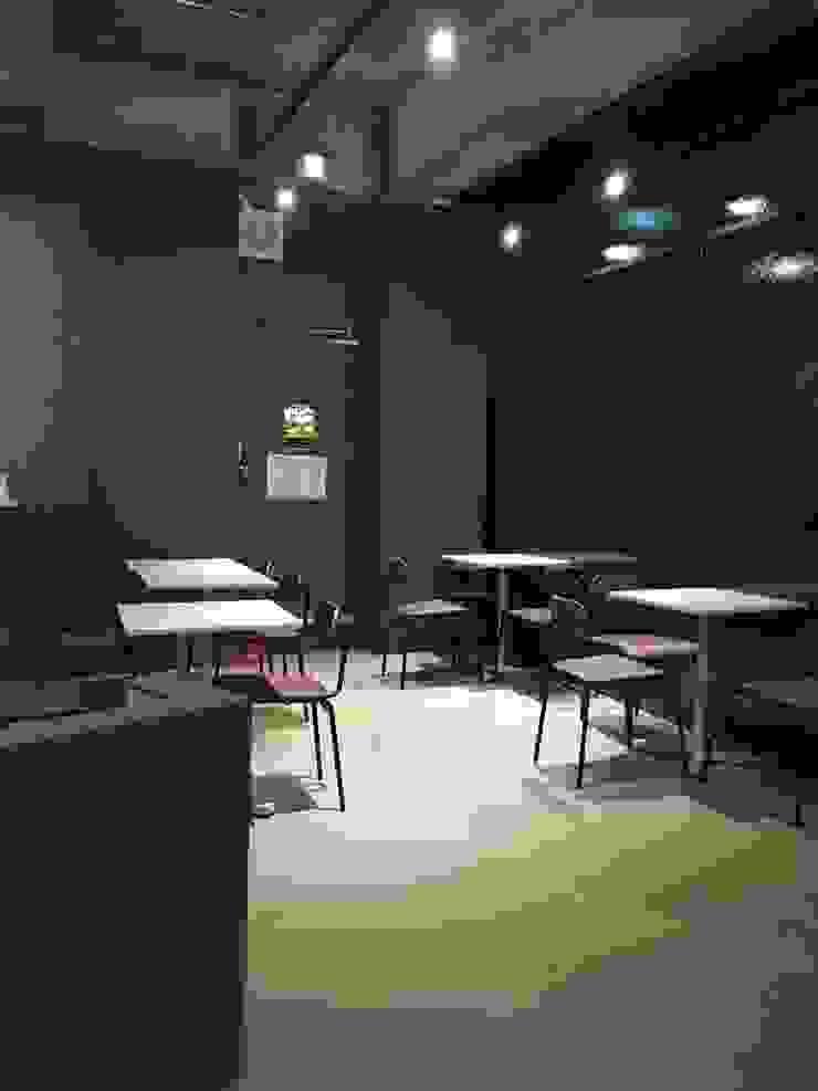 Moderne woonkamers van 캐러멜라운지 Modern