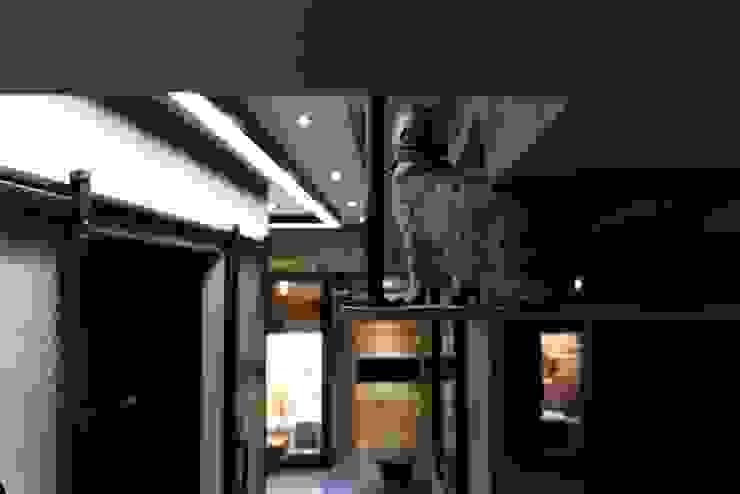 淡水鄒宅 现代客厅設計點子、靈感 & 圖片 根據 NO5WorkRoom 現代風