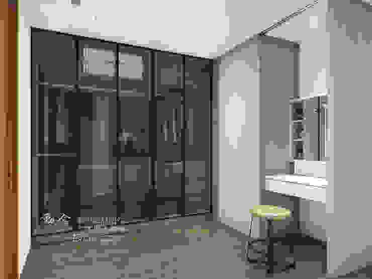 更衣室 Modern style dressing rooms by 木博士團隊/動念室內設計制作 Modern Glass