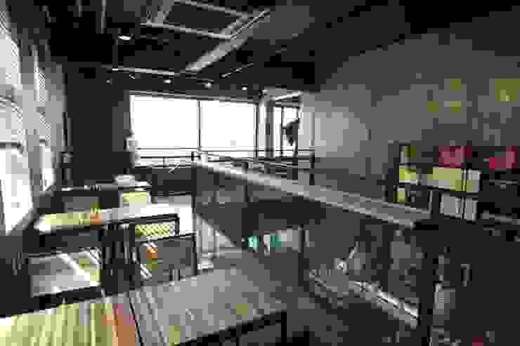 2층난간 인더스트리얼 스타일 바 & 클럽 by 모노웍스 인더스트리얼