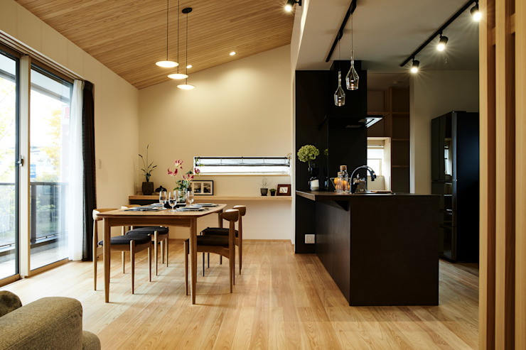 Dining room by デザインルバート一級建築士事務所, Modern Solid Wood Multicolored