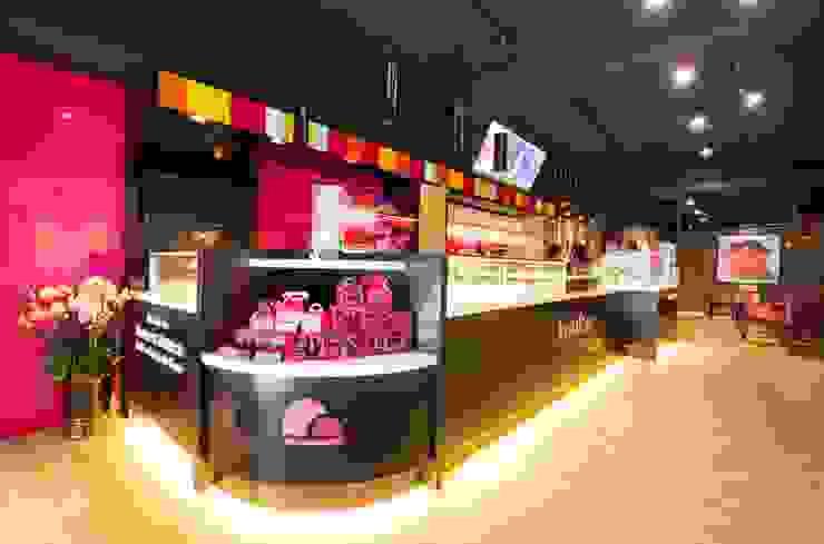 繽紛色彩穿插其中的泡芙專賣店,彷彿身處法式烘焙商店的氛圍,來一趟其妙的午后約會... 富亞室內裝修設計工程有限公司 餐廳 金屬 Black