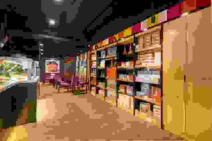 繽紛色彩穿插其中的泡芙專賣店,彷彿身處法式烘焙商店的氛圍,來一趟其妙的午后約會... 富亞室內裝修設計工程有限公司 餐廳 木頭 Wood effect
