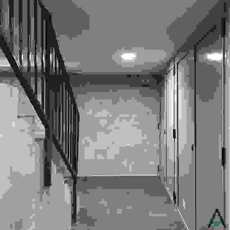 Modern corridor, hallway & stairs by Estudi Aura, decoradores y diseñadores de interiores en Barcelona Modern Ceramic