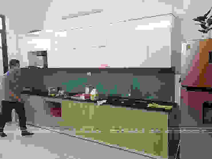 Màu trắng bóng kết hợp với màu vân gỗ tạo sự hài hòa cho bộ tủ bếp laminate nhà anh Linh: tối giản  by Nội thất Hpro, Tối giản