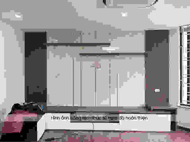 Ảnh thực tế kệ tivi và vách ngăn trang trí trong phòng khách nhà anh Phương ở Thanh Hóa: hiện đại  by Nội thất Hpro, Hiện đại
