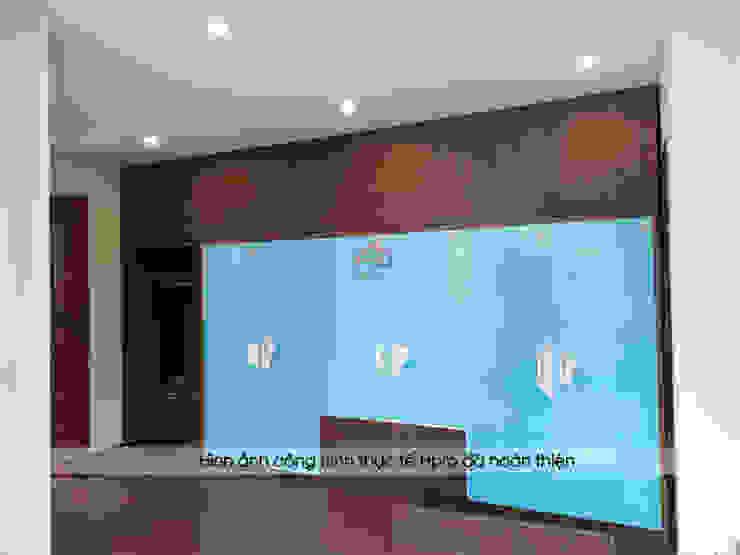 Ảnh thực tế tủ quần áo laminate kết hợp acrylic trong phòng ngủ master nhà anh Phương ở Thanh Hóa: hiện đại  by Nội thất Hpro, Hiện đại