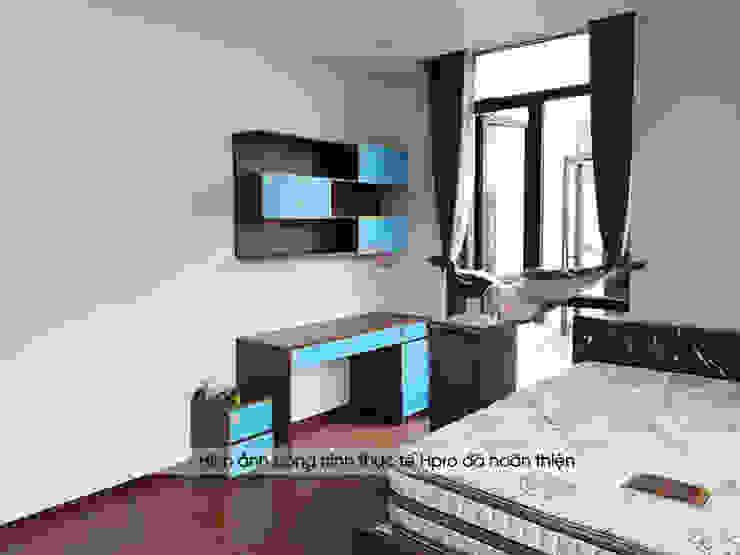 Ảnh thực tế bàn học có giá sách acrylic, thùng tủ melamine trong phòng ngủ của bé: hiện đại  by Nội thất Hpro, Hiện đại