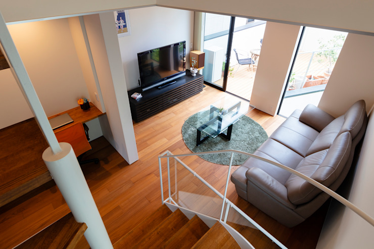 Salas de estar modernas por 設計事務所アーキプレイス Moderno contraplacado