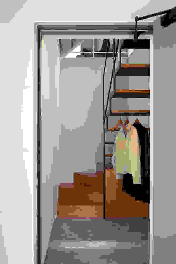 Corredores, halls e escadas modernos por 設計事務所アーキプレイス Moderno Ferro/Aço