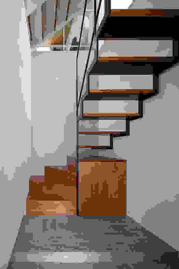 por 設計事務所アーキプレイス Moderno Madeira Efeito de madeira