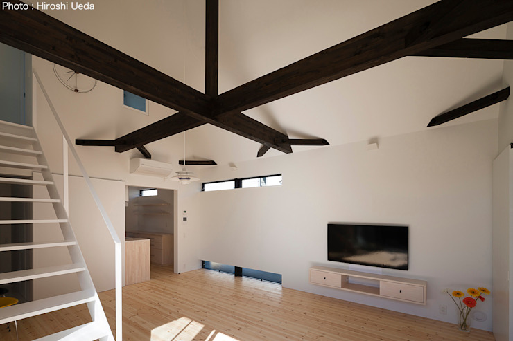 Salas de estilo minimalista de 石川淳建築設計事務所 Minimalista Madera Acabado en madera