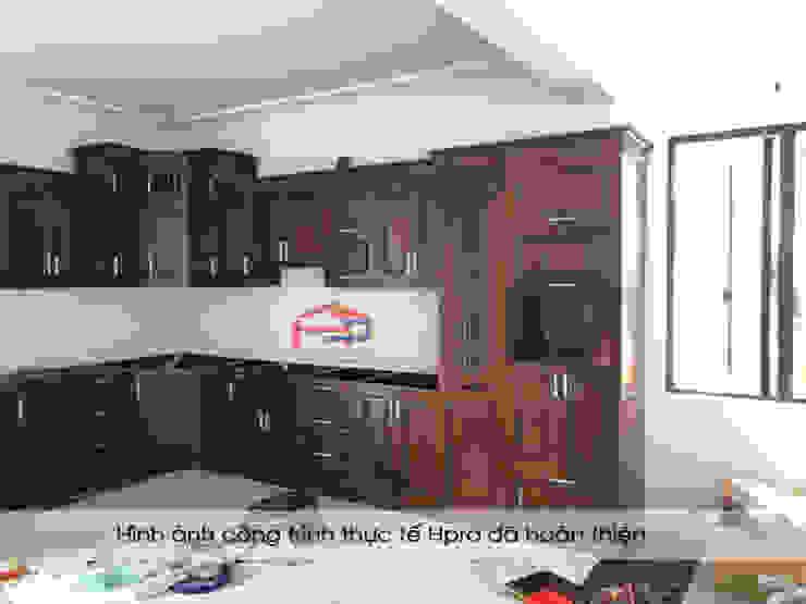 Lắp đặt tủ bếp gỗ sồi nga cho nhà chị Tuyết ở Hòa Bình: hiện đại  by Nội thất Hpro, Hiện đại