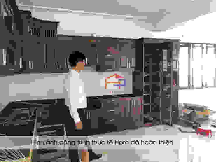 Lắp đặt các thiết bị tủ bếp gỗ sồi nga nhà chị Tuyết ở Hòa Bình: hiện đại  by Nội thất Hpro, Hiện đại