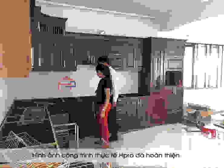 Tủ bếp gỗ sồi nga nhà chị Tuyết trong quá trình hoàn thiện thi công và lắp đặt: hiện đại  by Nội thất Hpro, Hiện đại
