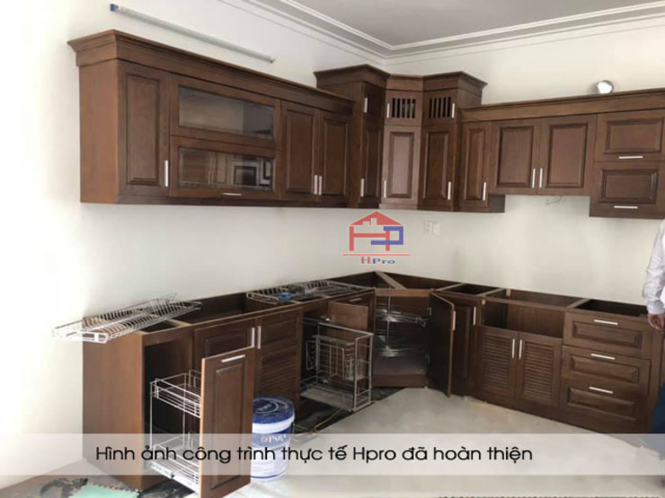 Lắp đặt phụ kiện tủ bếp gỗ sồi nga nhà chị Tuyết tại Hòa Bình: hiện đại  by Nội thất Hpro, Hiện đại