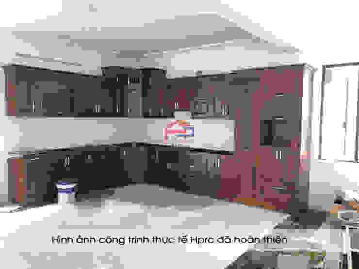 Ảnh thực tế thi công tủ bếp gỗ sồi nga sơn màu hạt giẻ nhà chị Tuyết ở Hòa Bình: hiện đại  by Nội thất Hpro, Hiện đại